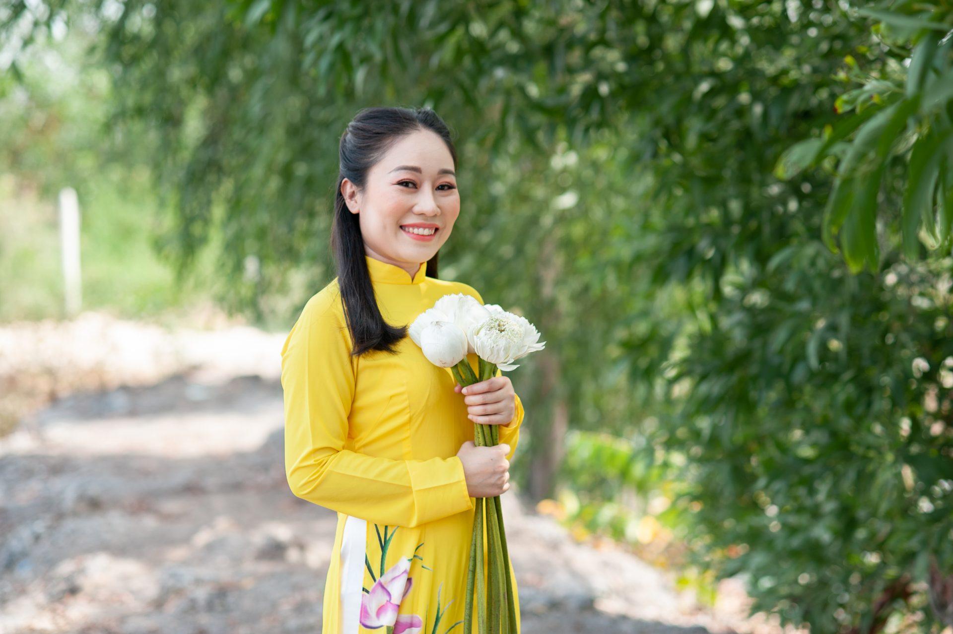 chụp ảnh áo dài với hoa sen