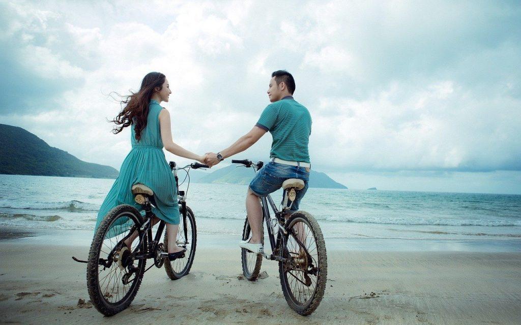 hình couple đạp xe đạp