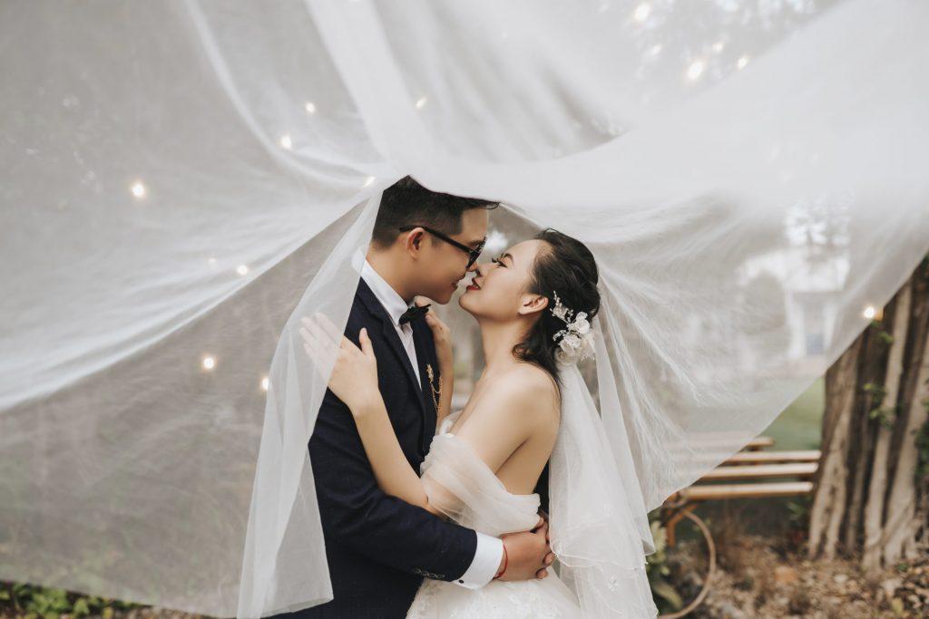 Chụp ảnh cưới tại tiệm
