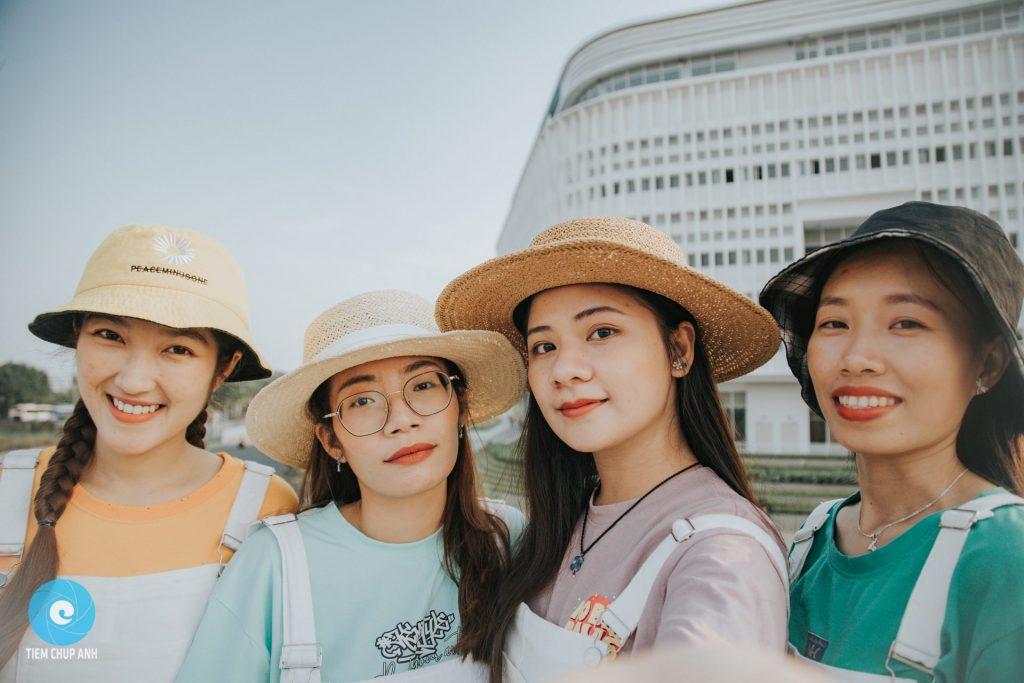 chụp ảnh nhóm bạn thân 4 người