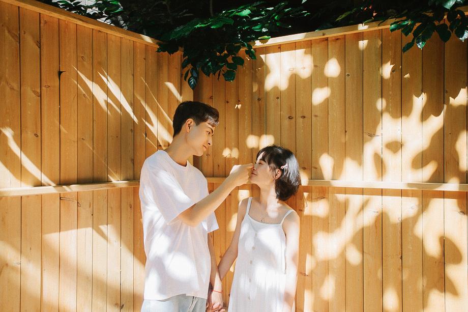 Chụp ảnh đôi bạn thân nam nữ trong Studio Concept đẹp lung linh