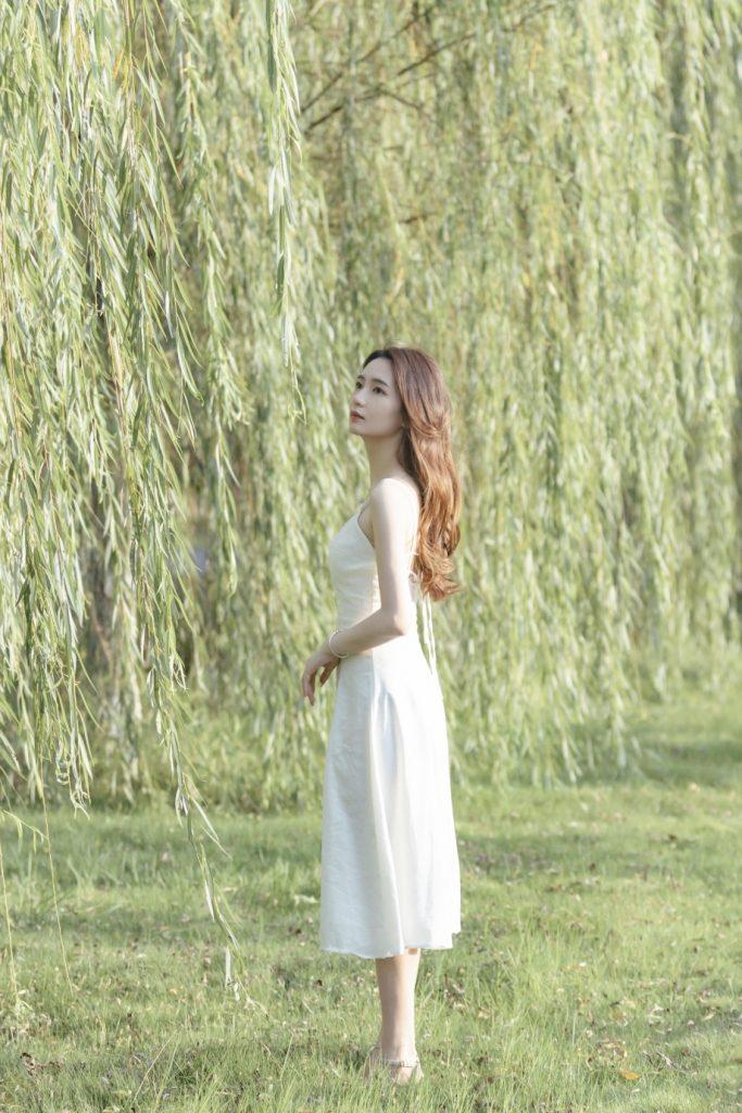 chụp ảnh với váy trắng